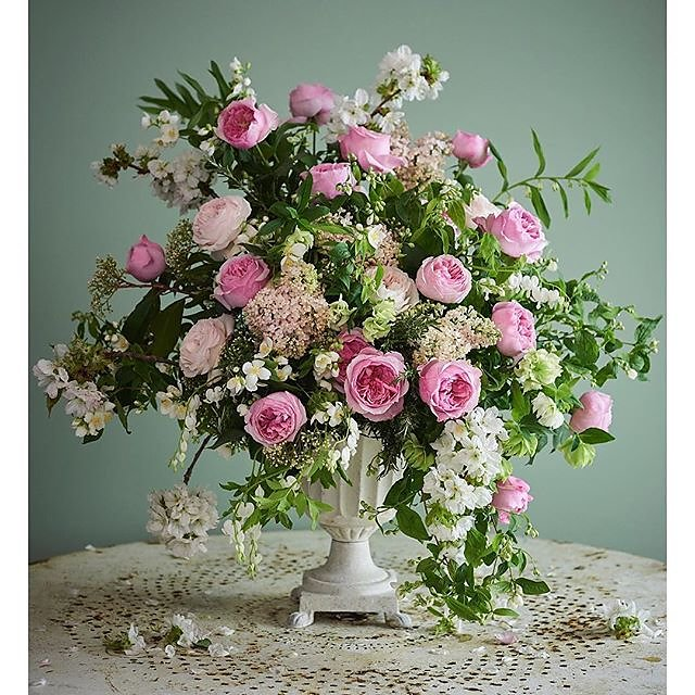Wedding season is upon us so thank you @flowerona for the blogpost on @david_austin_roses @davidaustinweddingroses wedding bouquets. Flowers by Vic @scarletandviolet Art direction @katedwyer.co.uk #careyrose .